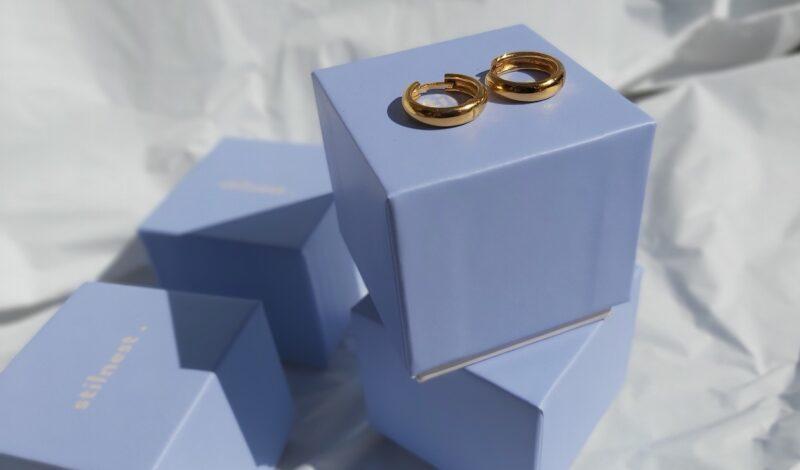 Trend Alert: Minimalni Zlatni Nakit – Stilnest